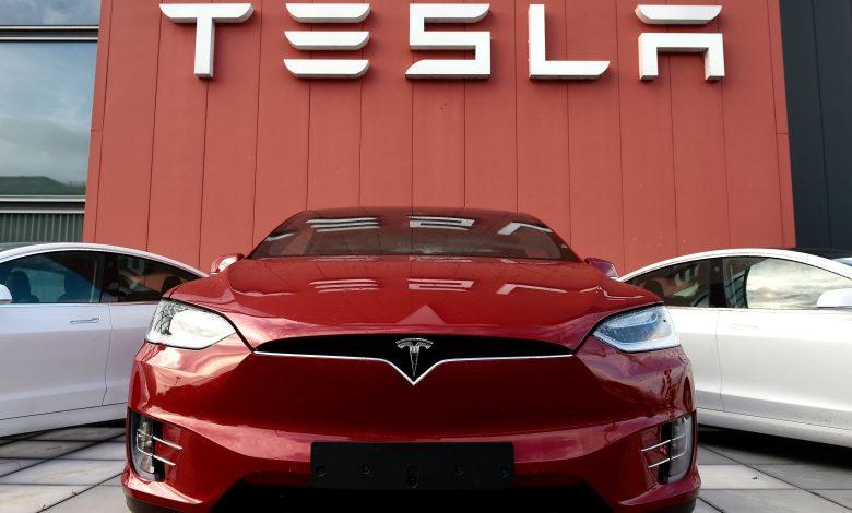 Photo of Telsa wstrzymuje produkcję, a BMW inwestycje