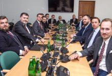 Photo of Helikopter z pieniędzmi dla Emilewicz? Konfederacja trolluje Sejm poprawką do bonu