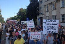 Photo of Wrocław: Krzyczeli, że koronawirus to spisek, a teraz zarażeni walczą o życie w szpitalu
