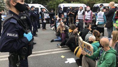 Photo of Warszawa: Aktywiści ekologiczni zablokowali centrum miasta. Policja wynosiła ich z ulic