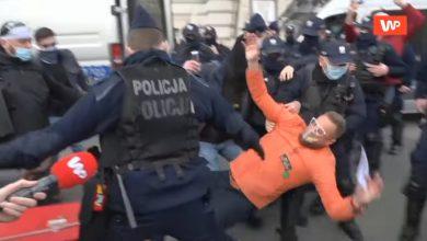 Photo of Strajk Przedsiębiorców: Paweł Tanajno brutalnie aresztowany przez policję!