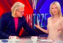 Photo of Jarosław Jakimowicz dotyka Magdalenę Ogórek w dość dziwny sposób
