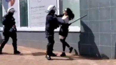 Photo of Brutalny atak policjanta na protestującą kobietę. Białoruś? Nie, to Głogów.