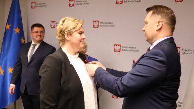 Photo of Czarnek przyznał medal… autorom kampanii billboardowej z płodami